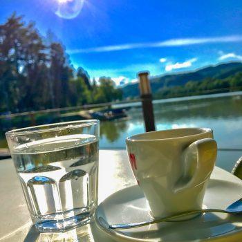 Limbuško nabrežje - kavica in kozarec čiste pitne vode